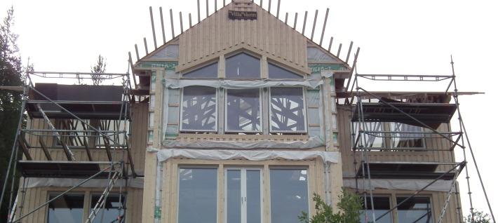 Korsformat 2-planshus med stora fönster stomrest i Ö-vik