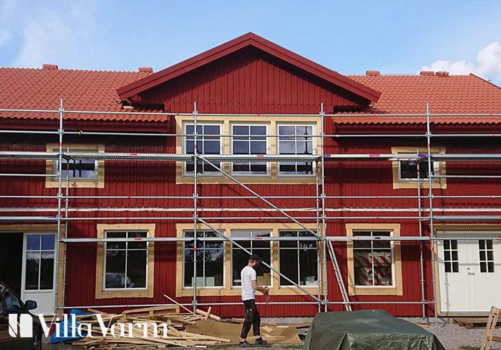 Lantligt hus med rött tak